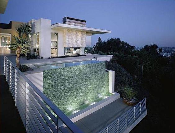 Maison de luxe architecture moderne villa au bord de la for Villa de luxe moderne