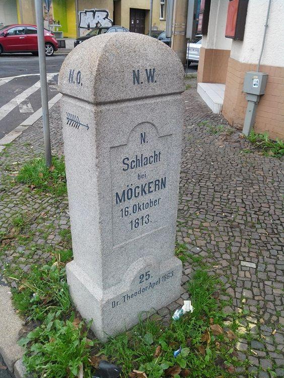 #Huygens #Platz in #Leipzig #Möckern:  #Stein zur #Erinnerung an einen #Teil der #Völkerschlacht im Jahr #1813. (Blick aus Richtung #Norden)