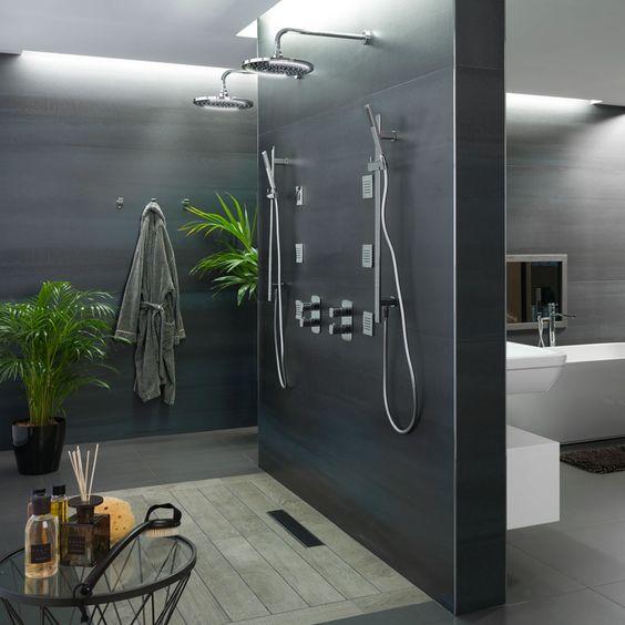 Douches. Le style et le design au service de l'eau. Des receveurs de douche en différents matériaux et finitions, qui visent à faire de la salle de bains un espace agréable