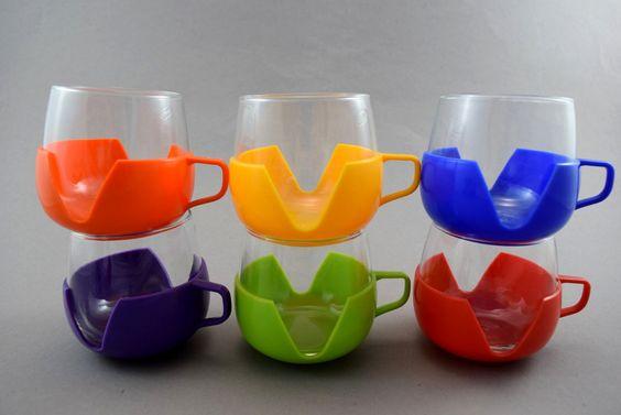 Vintage Gläser - Set aus 6 Teegläser Tassen mit Henkel - Glas mit Kunststoffhalterung bunt - Punch Set - Bowle-Glas 70er von ShabbRockRepublic auf Etsy