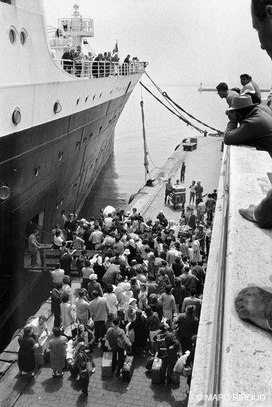 Marc Riboud  //  Algerie  -   Alger, juin 1962. Départ des français d'Algérie.