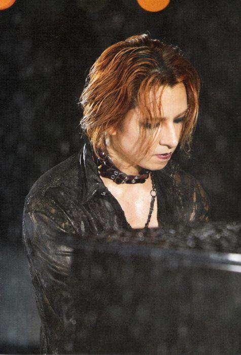 黒いネックレスをつけたピアノを弾いているXJAPAN・YOSHIKIの画像
