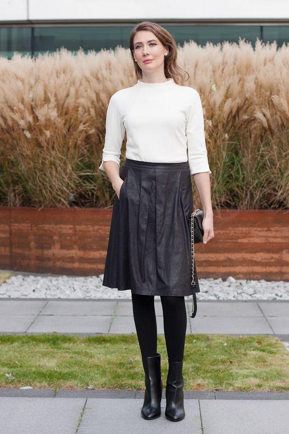 Outfit: Marc Cain Top and leather Skirt | Mood For Style - Fashion, Food, Beauty & Lifestyleblog | Outfitpost mit einer Bluse von Marc Cain, einem Lederrock von Drykorn, einer Tasche von Tory Burch und Stiefeletten von Hugo Boss.
