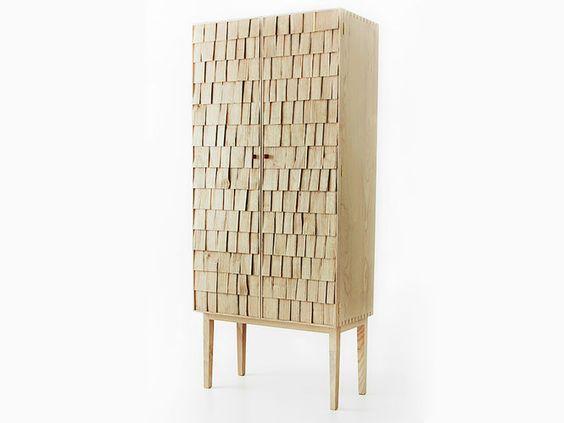 Armario de Madeira Texturizada. Designer: Sebastian Cox / Benchmark Furniture.