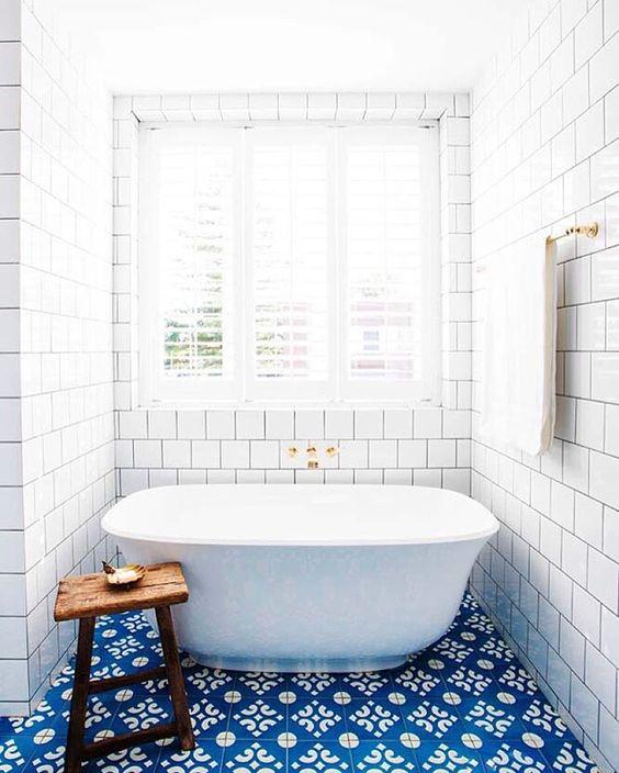 Blue and white tile bathroom Halcyon House Cabarita Beach, Australia