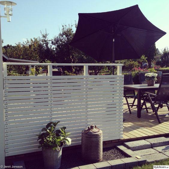 Uteplats uteplats entre : staket,vindskydd,smala ribbor,terrass,trädäck,trall,trallgolv ...
