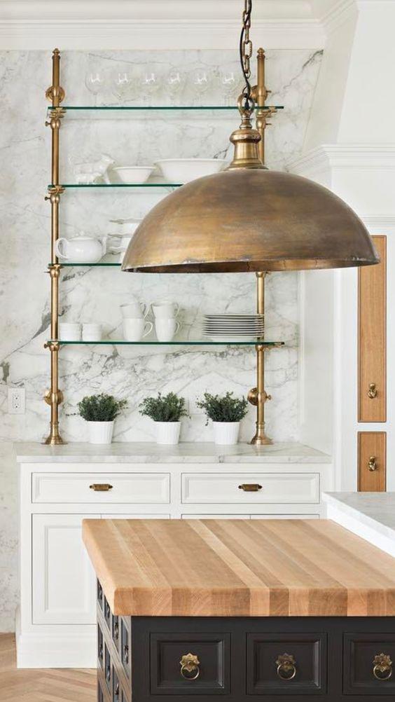 Modern landelijke keuken met marmeren wand en gouden open ...