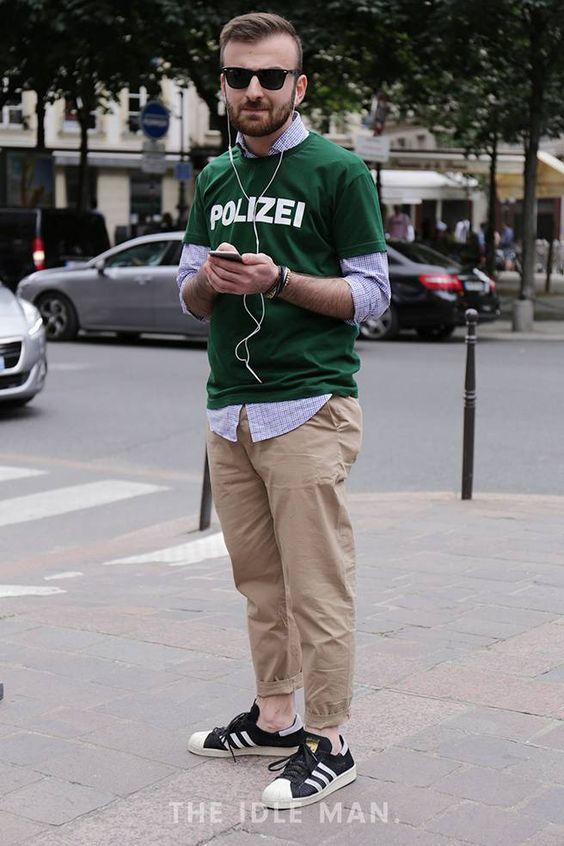 グリーンロゴTシャツ×チェックシャツ×ベージュパンツ