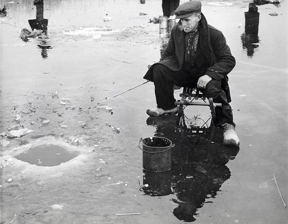 Nationaal Archief / Spaarnestad Photo / J.J.M. de Jong, SFA002013372  IJsvissen in een wak. Nederland, zonder jaartal.  Fishing in a blue-hole in the ice. The Netherlands. Location and date unknown.