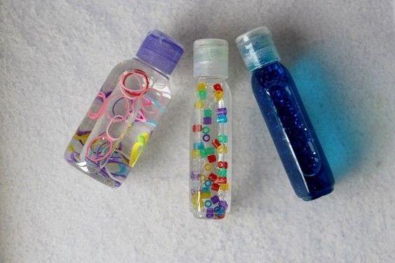 Ma bébé a 4 mois et demi. Et depuis plusieurs jours déjà, elle est fascinée par les trois petites bouteilles sensorielles d'inspiration Montessori que je lui ai préparées. C'est très facile à réaliser, ça ne coûte vraiment pas grand chose et c'est un super jouet pour un bébé. Ma Doucette apprécie énormément ces bouteilles, elle les observe, les regarde avec attention lorsque nous les agitons devant elle et depuis peu, les attrape. C'est craquant! Je constate que ça l'apaise dans les moments…