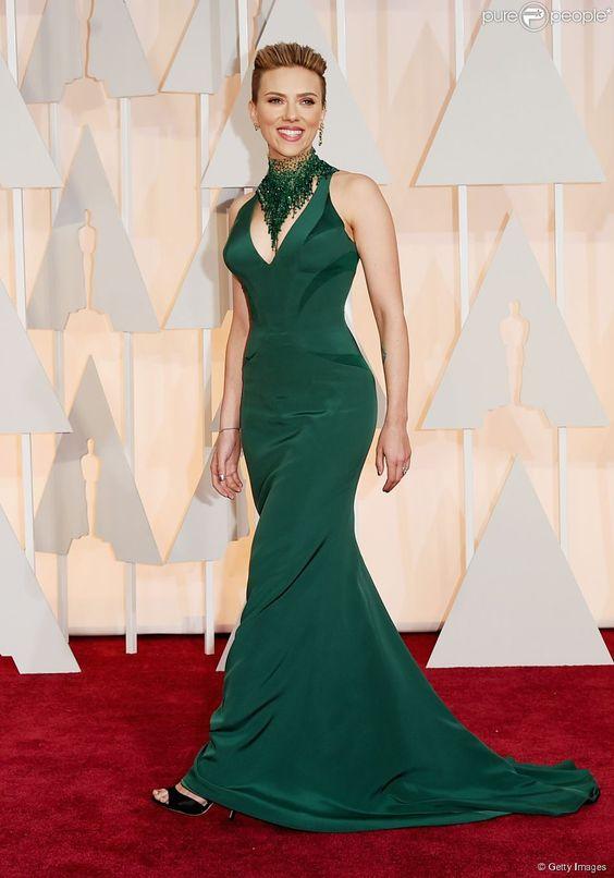 Scarlett Johansson, uma das apresentadoras da noite, brilhou na cerimônia com um vestido longo e acinturado Versace. A atriz impressionou pela boa forma após dar à luz Rose, sua primeira filha, em setembro