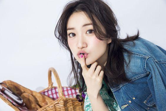 唇に指を当てる大島優子
