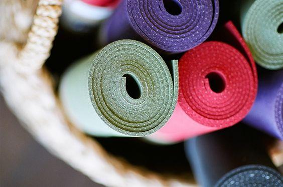 Cómo limpiar tu mat de yoga: ¿Practicas una higiene adecuada con tu estera en la que tanto entrenas y sudas? Mira este post y aprende cómo hacerlo de manera rápida y sencilla.