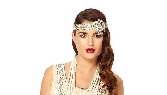 Das große Gatsby 1920er Jahre Vintage inspirierte Hochzeit Flapper Stirnband mit komplizierten Hand verschönert Details.  Inspiriert durch den Glanz der 1920er Jahre große Gatsby Ära. Diese weiche Noir Flapper Stirnband präsentiert eine funkelnde und komplizierte Hand verschönert Design. Du bist die Verkörperung des zeitlosen reichhaltiges am Abend mit diesem Stirnband. Belle der Ballsaal mit dem passenden Hand verziert Kleid getragen werden.  Abgleich von Hand verziert Kleider zur…
