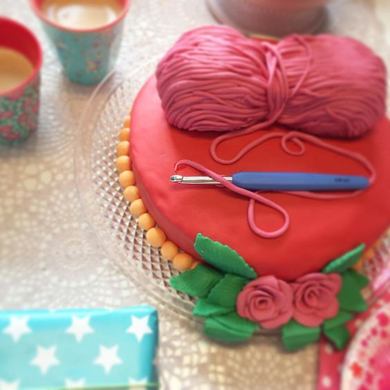 """Crochet cake! @rits_en_zwolle """"Wat een gezelligheid, @tantesetje bakte deze prachtige taart waar we lekker van gaan snoepen deze ochtend! #gezelligheid #haken #breien #Ritsin"""""""
