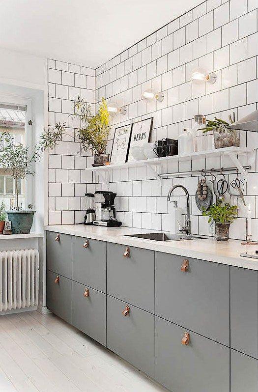 Cuisine en gris et blanc et poign es cuir endroits - Poignee de meuble en cuir ...