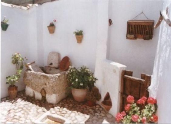 """Casa museo de Castril de Campos. Se encuentra en Priego de Córdoba, donde se alberga una exposición permanente de carácter etnográfico, propiedad de la """"Asociación de la Casa-Museo de artes y costumbres populares de Castil de Campos"""". Es una pequeña vivienda perteneciente a la arquitectura popular campeña en el que se ha recreado el ambiente de una casa rural."""