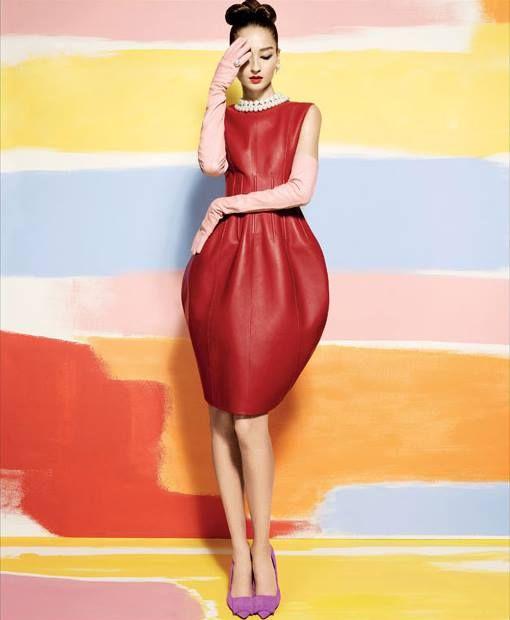 A nova coleção Outono 2016 de Oscar de la Renta respira glamour e sofisticação. Adoramos este vestido em #pele!  We are in love with this #OscardelaRenta #Fall2016 leather dress!  #fashion #hautecouture #design #trends #fall2016