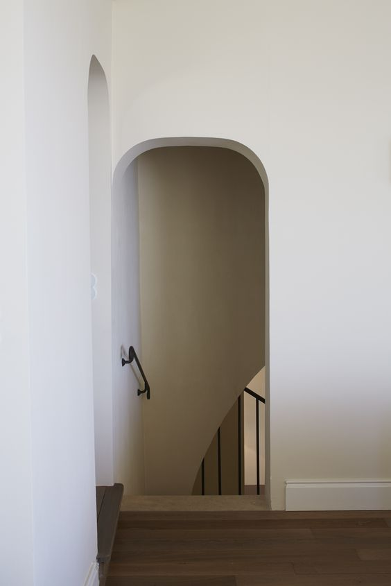 Elliott-Barnes-EBI-Villa-Cannes-arched-doorway-lime-plaster-walls-Francis-Amiand-photo-7