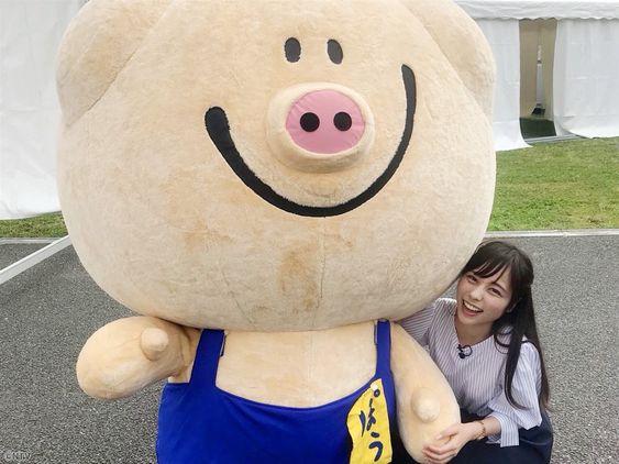 キャラクターと一緒の山本萩子さん