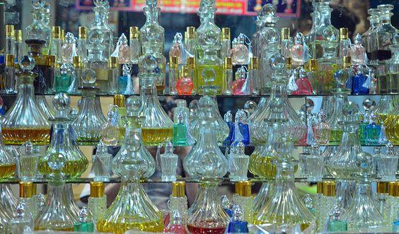Botellas de aceites esenciales y perfumes en el Mercado de Devaraj, Mysore