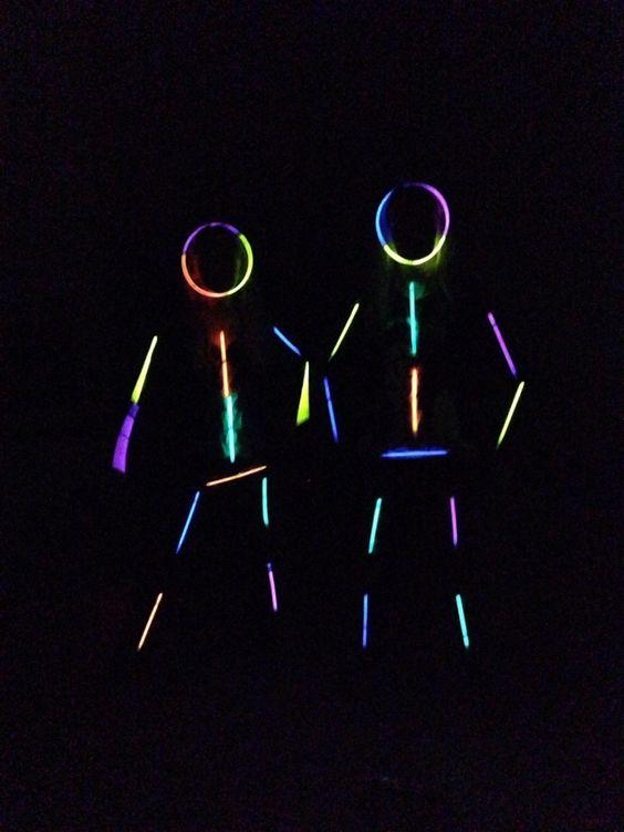 Leuke activiteit bij slaapfeestjes. Glowsticks met plakband op kleding plakken. Muziek aan en lichten uit!