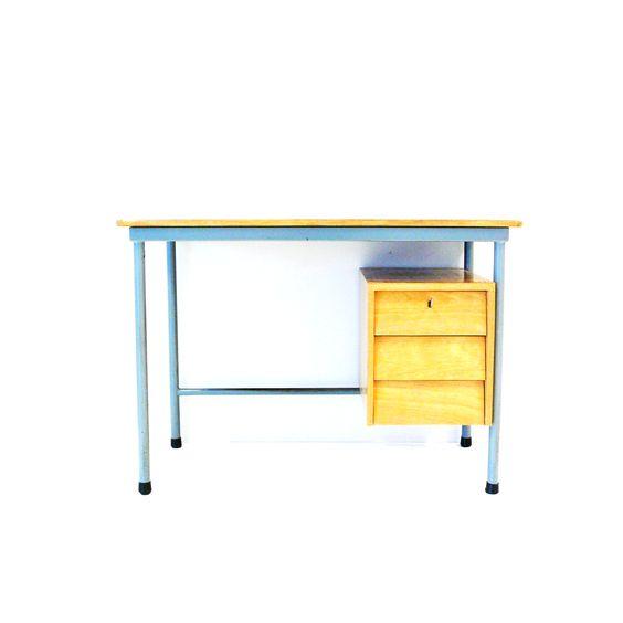 Vintage industrieel bureau met metalen onderstel en houten bovenblad & ladeblok  € 325,00  Vintage Virus