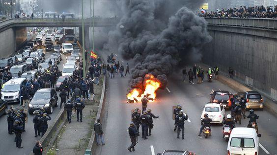 """""""Un genocidio para los taxis"""": la Policía francesa usa gas lacrimógeno contra protestas de taxistas"""