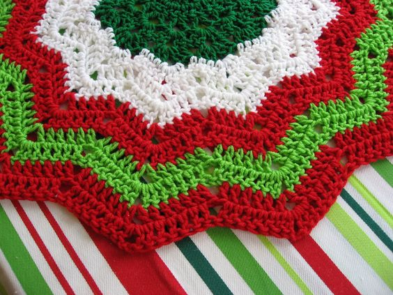 Easy Knitting Pattern For Christmas Tree Skirt : Tree skirts crochet skirt and christmas