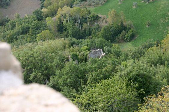 Paesaggio dalla torre di Civitella Casanova,  resti del convento  cistercense