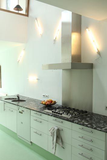 Gedurfd: muntkleurige keuken (en vloer) met zwart marmeren ...