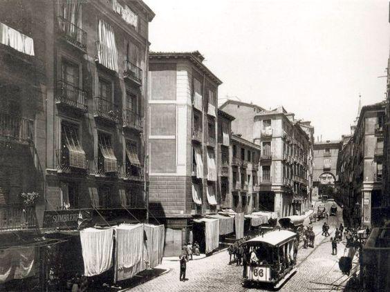 Calle de Toledo (1890), el tranvía 66 en el tramo de Plaza Mayor (ajardinada) y Plaza de Puerta Cerrada. Detrás del tranvía, un carro de mulas con odres de vino - Portal Fuenterrebollo