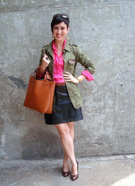 Descontraindo um look de mulher séria: camisa colorida e casaco/camisa/parka verde militar!