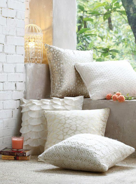 隨意擺放白色調雅緻抱枕, 輕鬆營造浪漫氛圍