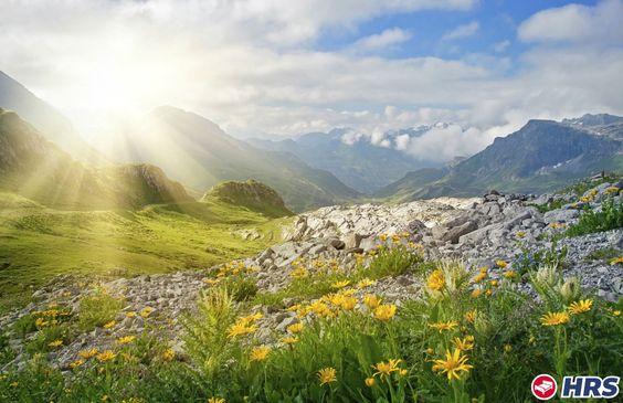 Die Tiroler Berge rufen. Unternehmt Touren mit dem Mountainbike durch die schöne Umgebung oder entdeckt das 300 Kilometer umfassende Wanderstreckennetz. Ihr übernachtet zu zweit im 3-Sterne Posthotel Strengen für nur 39€ inkl. Frühstück. #hotel  #tirol