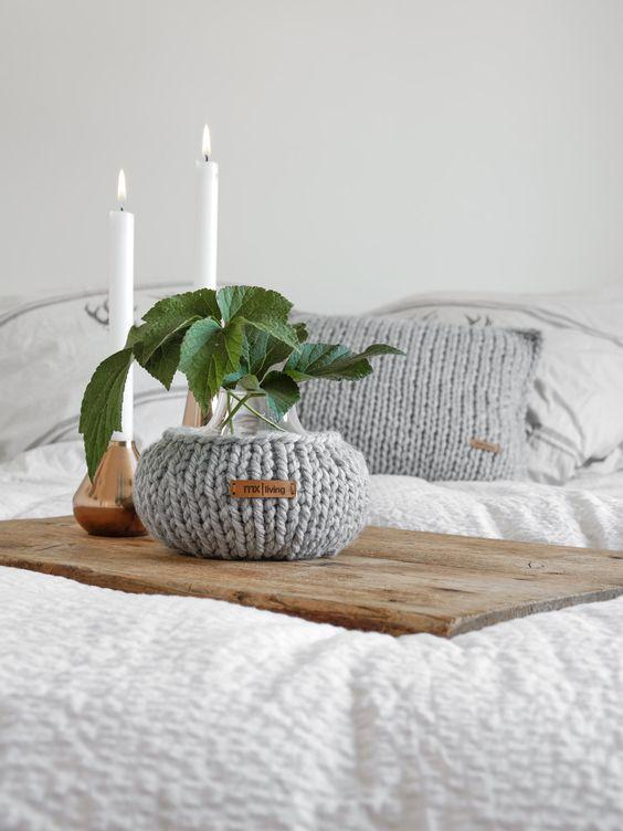 grosse-maschen-vase-und-kissen-stricken