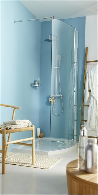 Salle de bain bleu pop et meubles en bois des id aux de for Salle de bain pop