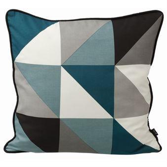 Remix ist eine der beliebtesten Kollektionen von Ferm Living. Dieses belebende, grafische Muster des dänischen Designlabels ziert hier Wohnkissen für Sofa oder Schlafzimmer in verschiedenen Farbstellungen. Kombinieren Sie mit den anderen Artikeln aus Ferm Livings Remix-Kollektion!