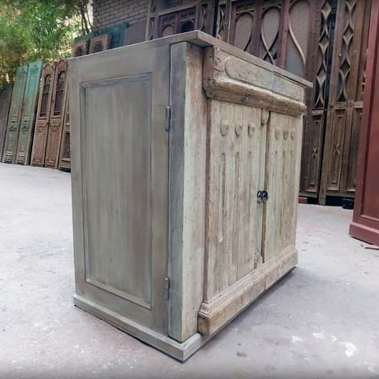 بوفيه باستخدام جزء من باب قديم Buffet Using Part From An Old Door Outdoor Storage Outdoor Storage Box Outdoor Decor