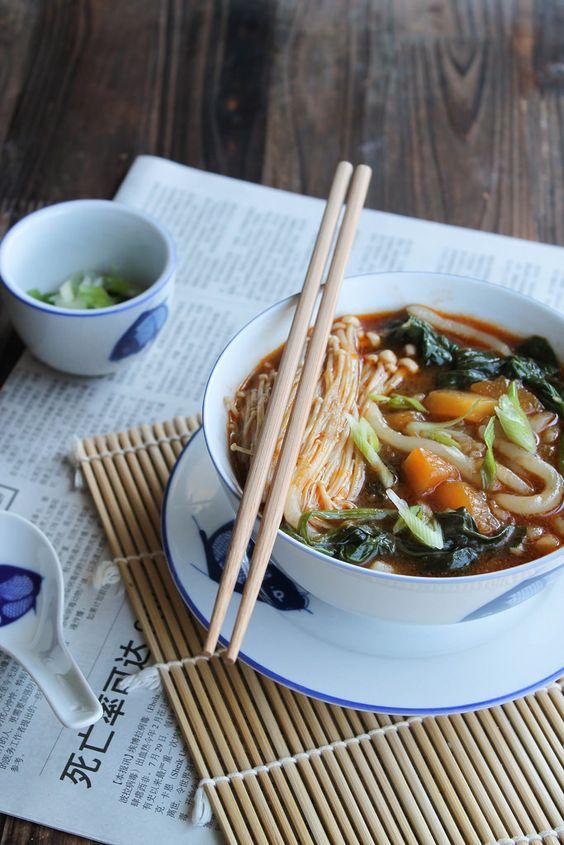Soupe de nouilles udon aux légumes {vegan} - Ingrédients : 1 petit paquet de nouilles udon, 200 g de courge, 1 poignée d'épinards, 1 botte d'enoki...