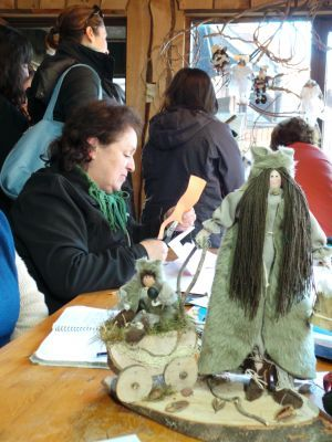 Um das artesãs de Huilo Huilo trabalhando na confecção dos seres mágicos
