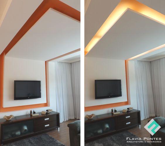 Sanca de gesso com iluminação embutida.... Sai do teto e se transforma em painel para a TV na parede.: