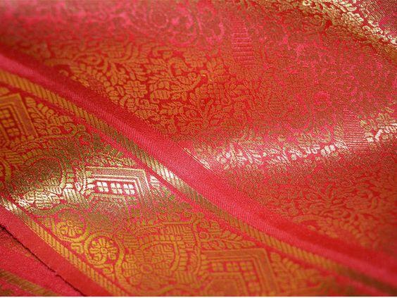 Ce est un beau tissu de design floral brocart rouge et or. Le tissu illustrent petits tissés d'or et les vignes florales motif paisley sur fond rouge.  Vous pouvez utiliser ce tissu pour faire...