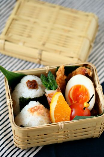 Traditional Japanese Onigiri Rice Ball Bento Lunch in a Bamboo Basket|おにぎり弁当