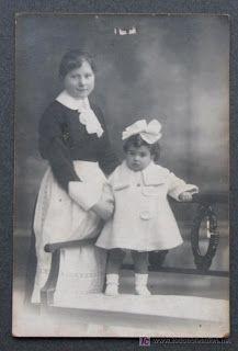 Niñeras: mujeres que se encargaban del cuidado de los niños de las familias adineradas.Las niñeras utilizaban vestidos azul claro u otros colores que, al igual que la vestimenta de las amas cría, incluía un delantal de volantes blanco y gorro, además de unos manguitos.