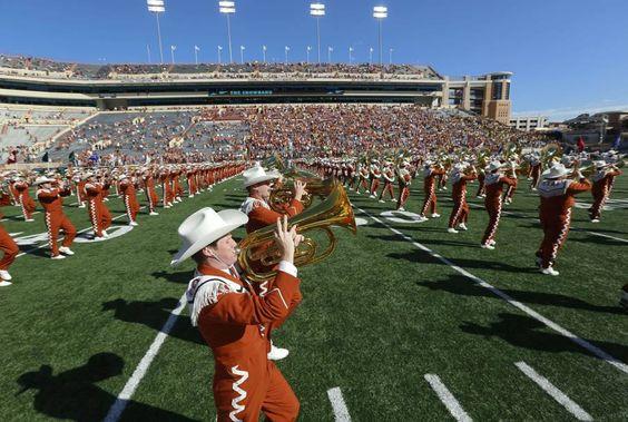 Austin: la banda dell'Università del Texas intrattiene gli spettatori prima della gara di campionato NCAA Texas Longhorns - West Virginia Mountaineers (Afp)