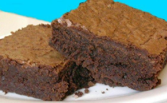 Receta de bizcocho de proteínas con sabor a chocolate Preparación del pastel de chocolate Ingredientes para una comida: 5 claras de huevo 1 yema de huevo 100 gramos de copos de avena (es posible emplear menos cantidad de avena para dietas moderadas en carbos) 25 ml de leche desnatada o queso desnatado batido 0% (ayuda a darle el efecto esponjoso típico de las magdalenas). 30 gramos de proteína en polvo (proteína de suero, caseína, leche…) 10 gr cacao puro desgrasado y Stevia al gusto…