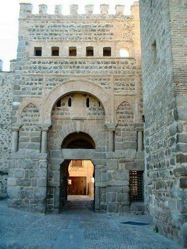 La entrada principal de la antigua ciudad de Toledo, España. Increíbles espadas se hacen en Toledo.