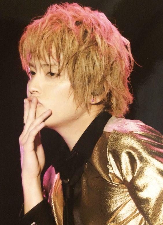 ゴールドのシャツを着ているライブ中の手越祐也の髪型の画像