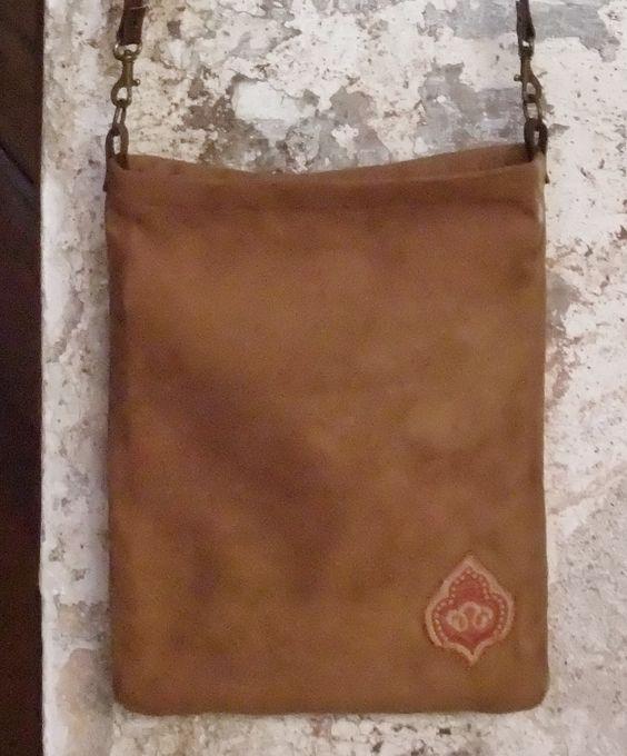 Detalle de la parte posterior de la bandolera de Antelina marrón camel
